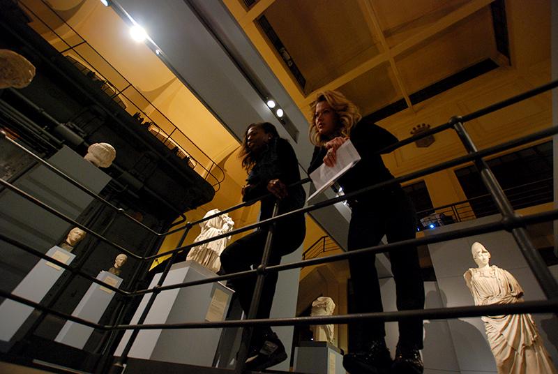 Alla Centrale Montemartini attori sulla balaustra