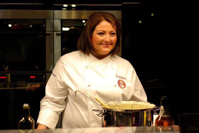 """Vincitrice della seconda edizione di Masterchef, Tiziana Stefanelli ha presentato il 19 aprile 2013 al """"Fooxia"""" (via S. Bartolomeo De' Vaccinari 72 al Ghetto) il suo primo libro """"Avvocato in cucina. Le ricette di un'avventuriera del gusto"""""""