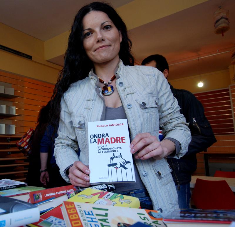 """La giornalista Angela Iantosca col suo libro """"Onora la madre"""" edito da Rubbettino"""