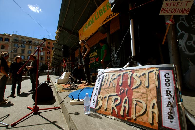Piazza San Cosimato, 19 maggio 2013: manifestazione-spettacolo degli artisti di strada contro la delibera dell'amministrazione Alemanno che impedisce ai buskers di esibirsi