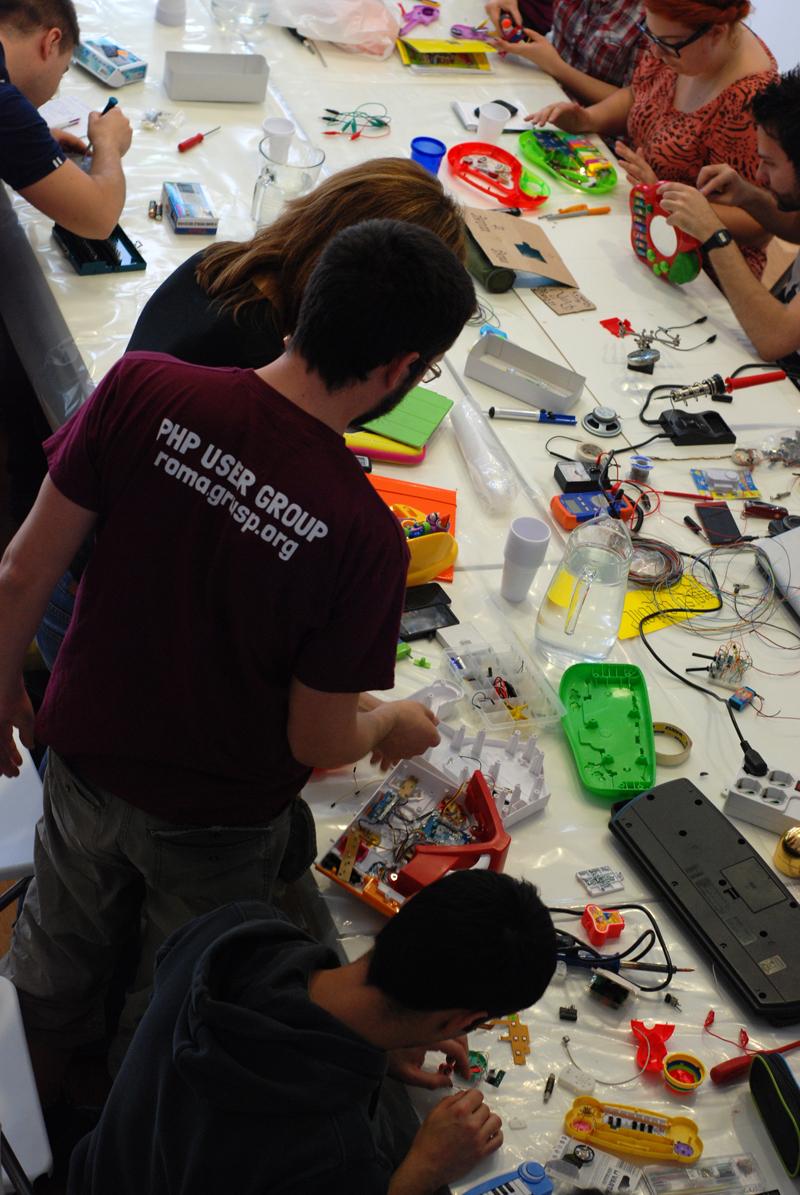 Tiburtina, Cowo 360 (via Vacuna) gli artigiani del XXI secolo si riuniscono e fanno circuite bending: hackerano i circuiti dei giocattoli e poi li fanno suonare
