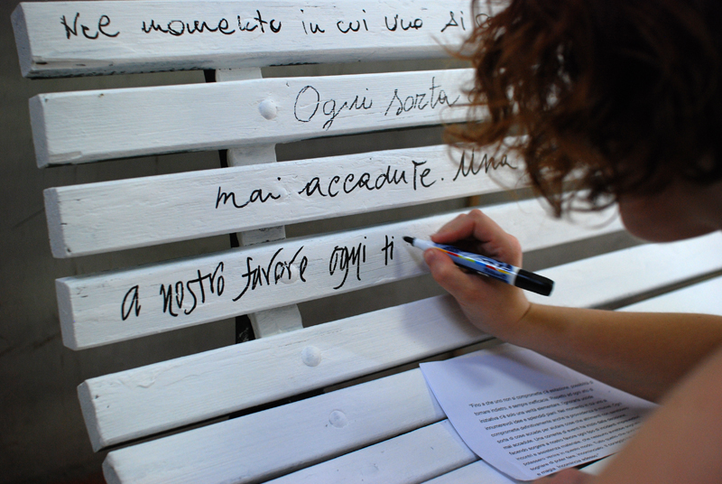 Paola (Pauline Paulette su Etsy) alle prese con il testo di Goethe sulla panchina