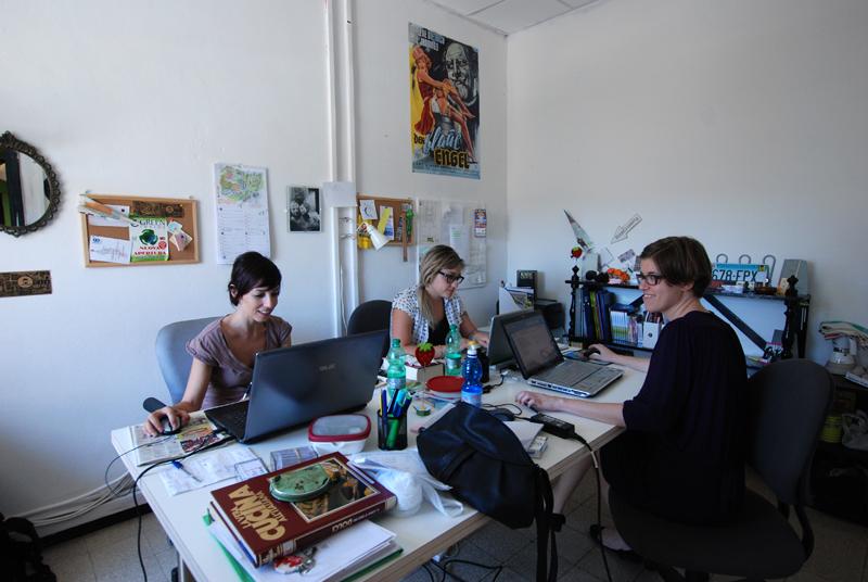 Le ragazze dell'agenzia di comunicazione Stanza 101 a lavoro nel coworking