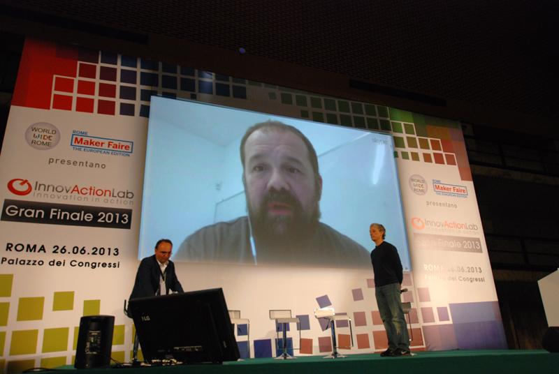 Riccardo Luna e Massimiliano Banzi in collegamento Skype. Innovaction Lab è stata una preview del Roma Makers Faire di ottobre