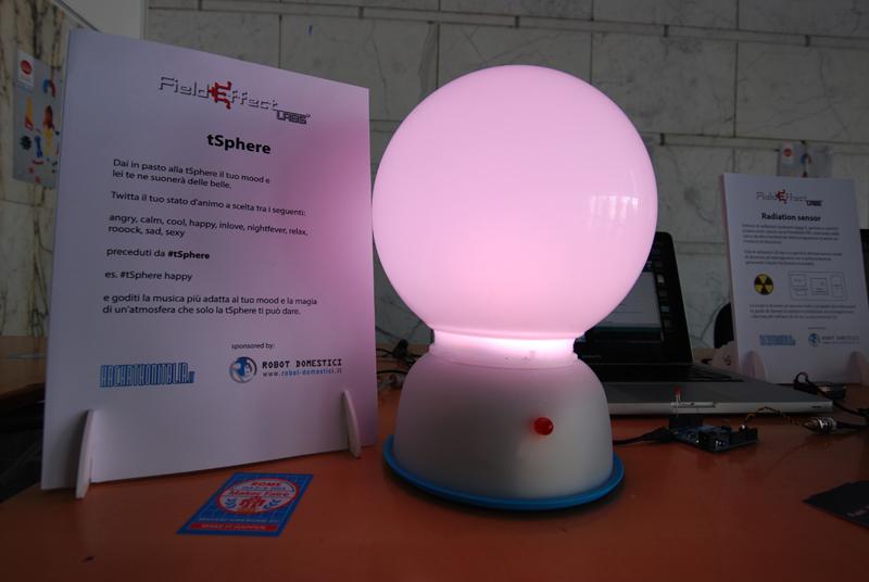 Simone, 24 anni, studente di ingegneria elettronica a RomaTre. A Innovaction Lab 2013 ha presentato «la Tsphere , una palla interattiva che legge dei twitter contenenti hashtah #tsphere riconosce parole chiave e crea effetti di luce»
