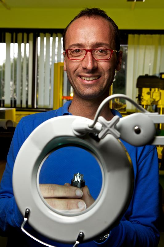 Emanuele Guglielmino e la sua microturbina (foto di Massimo Brega – The Lighthouse)